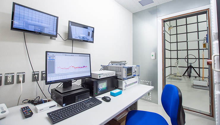 3m法電波暗室 測定ルーム